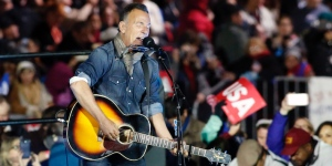 Bruce Springsteen performs during a rally in suport of Democratic presidential nominee Hillary Clinton on Independence Mall in Philadelphia, Pennsylvania, November 07, 2016 / AFP / KENA BETANCUR (Photo credit should read KENA BETANCUR/AFP/Getty Images)